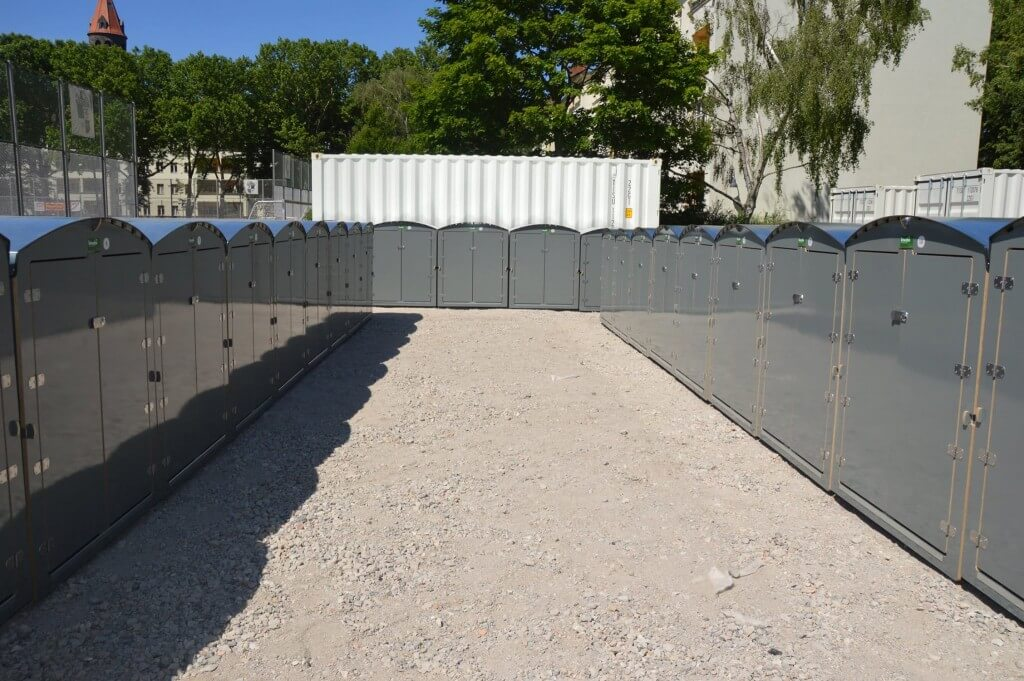 graue Kinderwagenboxen in Reihenstellung für Berliner Wohnungsgesellschaft