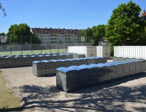 Charlottenburger Baugenossenschaft stellt 50 Kinderwagenboxen auf