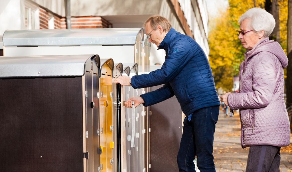zwei Rentner schließen die Rollatorbox rollabo XL Plus ab und sorgen so für einen Diebstahlschutz