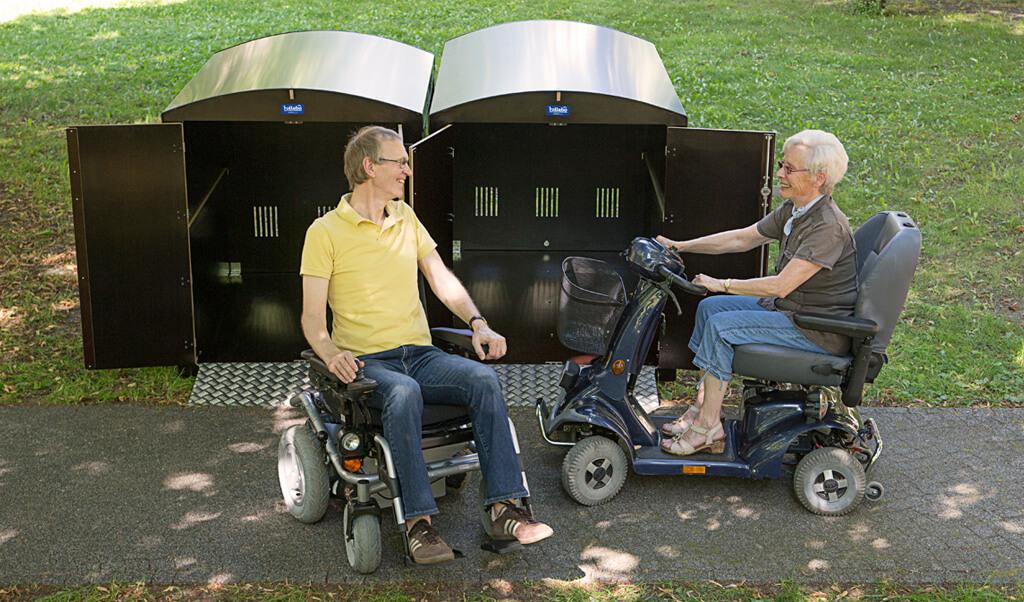 Zwei Rentner verwenden die Rollatorbox rollabo XL Plus