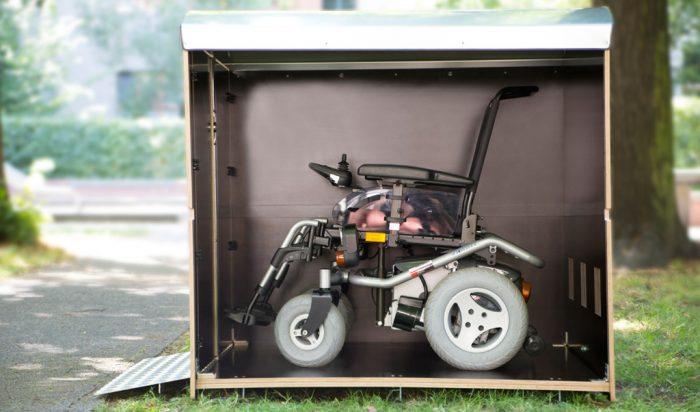 Wie viel Platz hat eine Rollatorbox XL? Die Rollatorbox rollabo XL Plus als Volumenbild außen im Freien