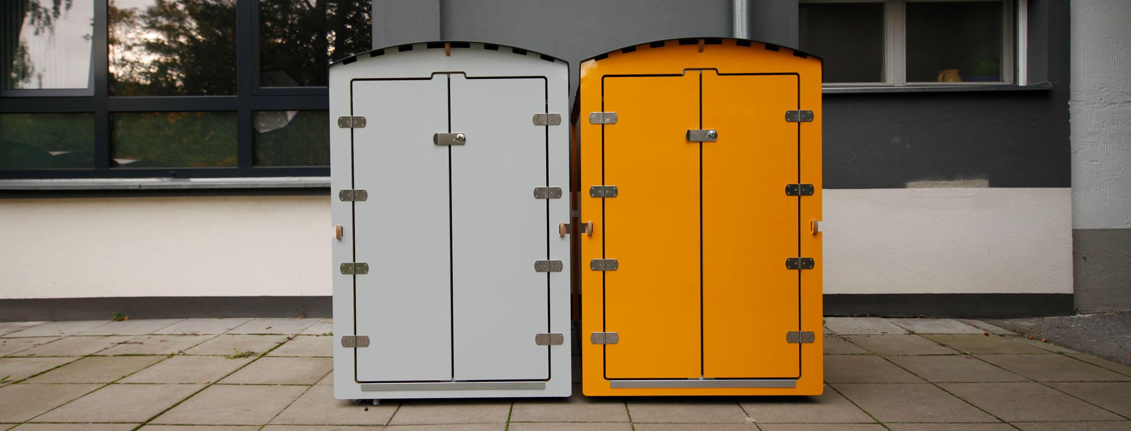 Zwei Kinderwagenboxen nebeneinander