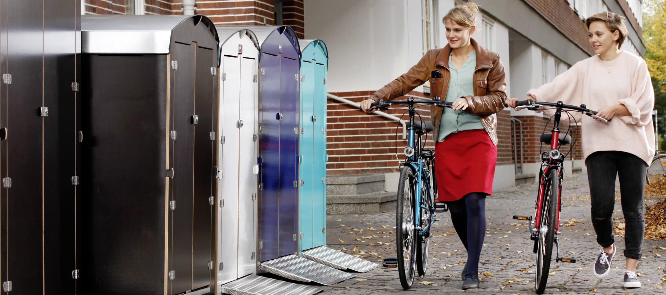 farabo die Fahrradgarage mit 2 Frauen und ihren Fahrrädern