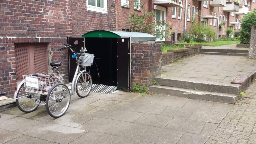 Dunkelgrüne farabo XL Fahrradbox mit Therapierad in Hamburg