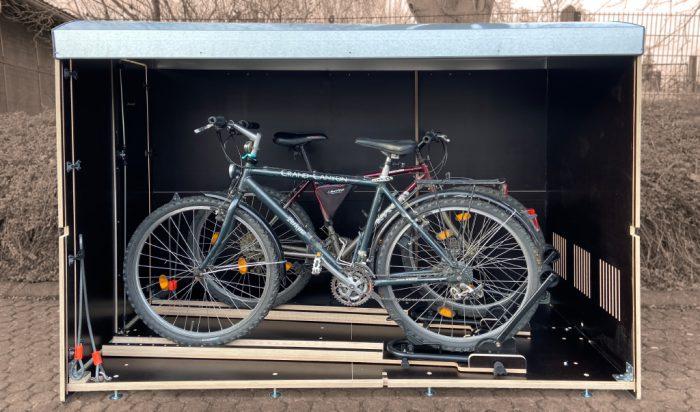 Wie viel Platz hat eine Fahrradbox X 2? Ein Volumenbild farabo X2 mit Einfahrtsschienen für zwei Fahrräder oder E-Bikes