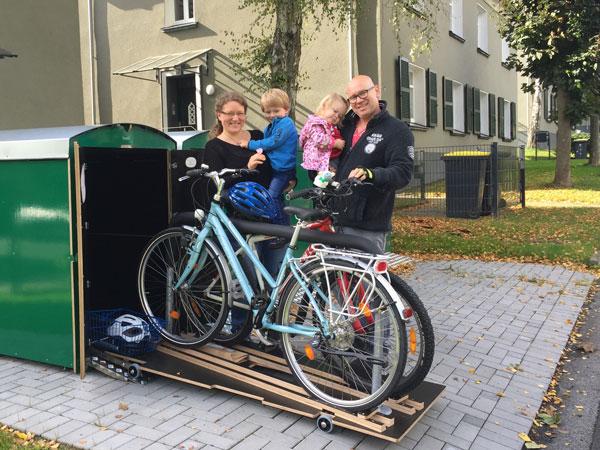 Zwei Fahrräder sind direkt griffbereit mit der farabo x 2 Fahrradbox mit Schublade