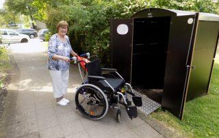 Frau Gottwald ist begeistert. Endlich muss der Rollstuhl nicht mehr umständlich durchs Treppenhaus transportiert werden.